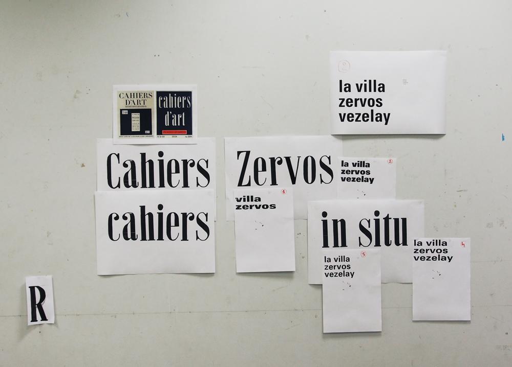 Dessins manuels d'un caractère inspiré des titrages de la revue Cahiers d'art